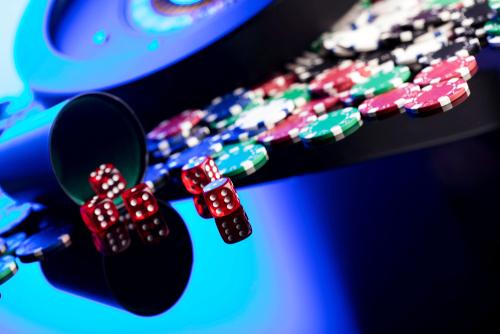 concept de casino avec des dés, des jetons de poker et une roulette