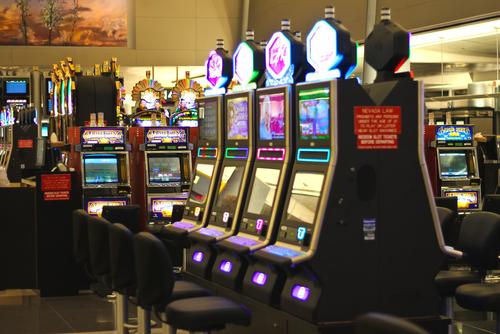 plusieurs machines de vidéopoker dans un casino